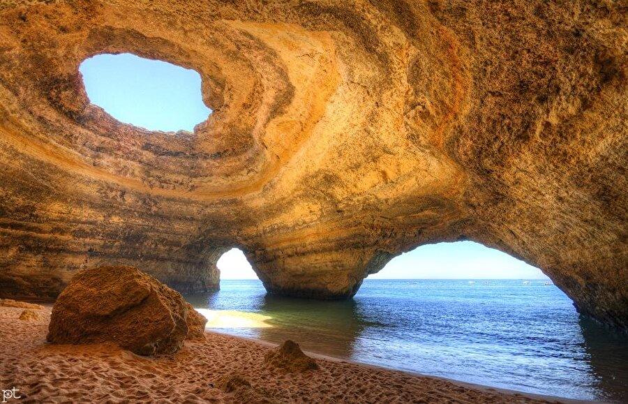 Cave Beach                                      Cave Beach, Portekiz'in Algarve Bölgesi'nde bulunuyor. Kıyı şeridinde bulunan kayalar gelgit olayları farklı şekiller almış. Plaj dünyanın en romantik yerlerinden biri olarak gösteriliyor.