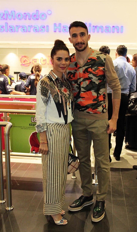 Selda Topal Fenerbahçe'nin yetenekli futbolcusu Mehmet Topal'ın eşi Selda Topal, daha çok yaptığı yardım faaliyetleriyle adından sıkça söz ettiriyor. Mehmet Topal'la evlenmeden önce Böbrek Vakfı Halkla İlişkiler Müdiresi olan Selda Hanım, zamanının büyük bölümünü hayır işlerine ayırıyor. Çiftin Mehmethan isimli bir oğlu var.