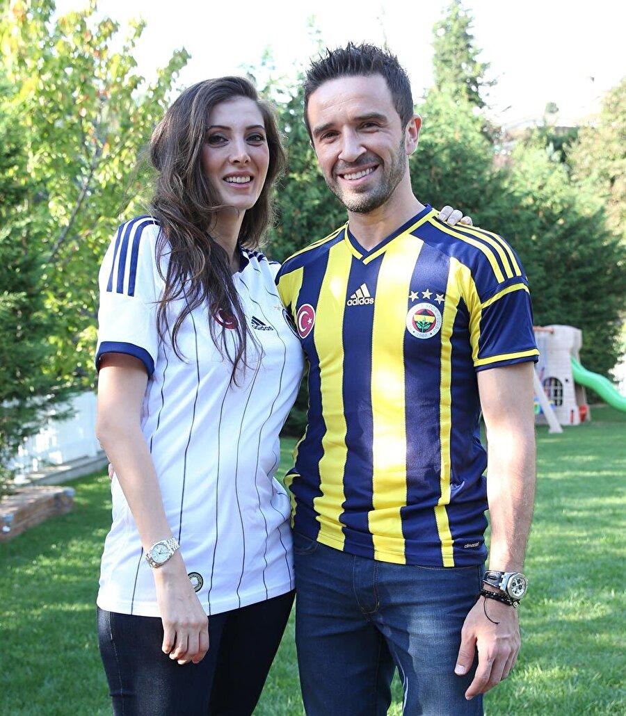 Hatice Gönül Fenerbahçeli Gökhan Gönül'ün eşi Hatice Gönül, özel hayatıyla dikkat çekmeyi sevmiyor. Fenerbahçe'nin maçlarını kaçırmayan Hatice Hanım, sarı-lacivertlilerin TT Arena'da Galatasaray'la oynadığı karşılaşmayı da tribünden takip ederek nasıl bir taraftar olduğu gösterdi. Gökhan-Hatice Gönül çiftinin tanışması ise bir hayli ilginç. Gökhan Gönül, Ankara'da bir kafede otururken bir kazaya şahit oluyor. Kaza geçiren araçta iki kişi görüyor ve hastaneye kaldırılmaları konusunda yardım ediyor. Bu kazanın ardından çiftin ilişkisi başlıyor. Çiftin Baran ve Kuzey isimli iki oğlu var.