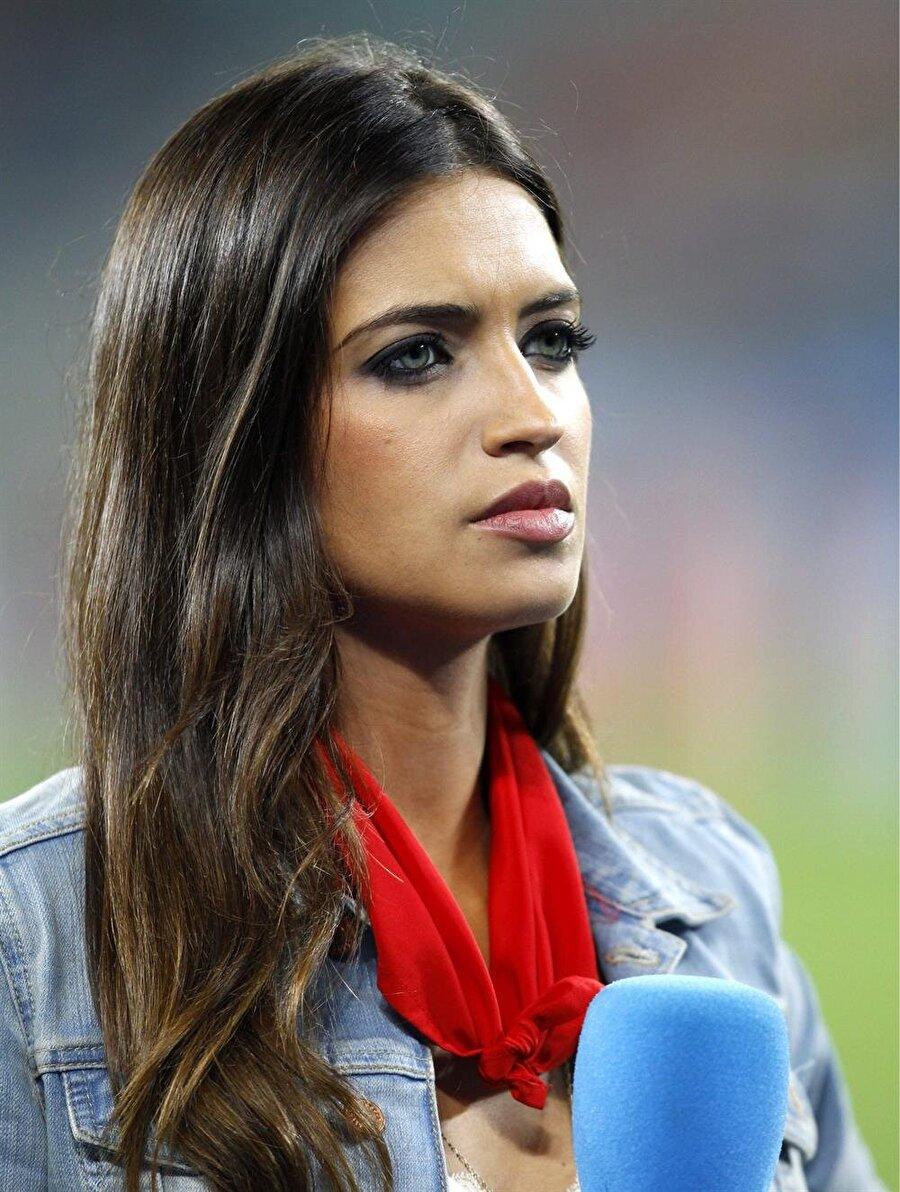 Sara Carbonero  Hem İspanya'da hem de dünyada en çok tanınan kadın spor spikerlerinden olan Sara Carbonero, sezon başında Real Madrid'ten Porto'ya transfer olan kaleci Iker Cassillas'ın sevgilisidir. Carbonero'nun Casillas'la yaptığı röportajlar ise her zaman dikkat çekmiştir.