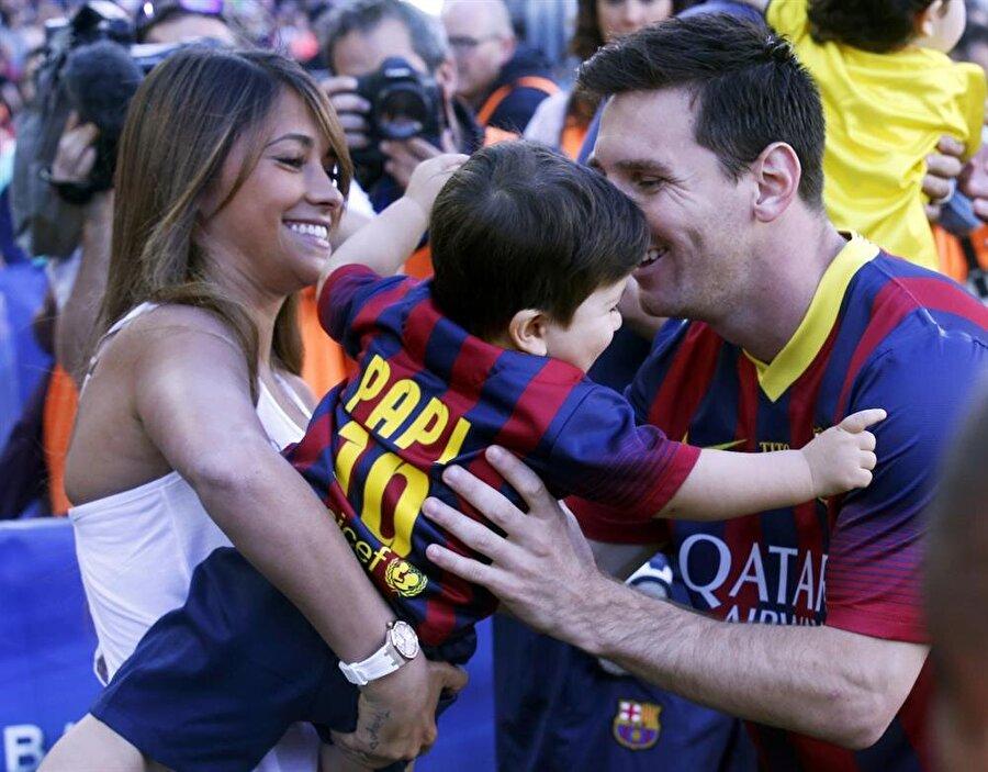 Antonella Rocuzzo Antonella Rocuzzo, Barcelona'nın yıldız futbolcusu Messi'nin sevgilisidir. 5 yaşından bu yana Messi'nin sevgilisi olan Rocuzzo da tribünlerin değişmezler isimlerinden. Evli olmayan çiftin Thiago Messi ve Mateo Messi isimli iki oğlu var.