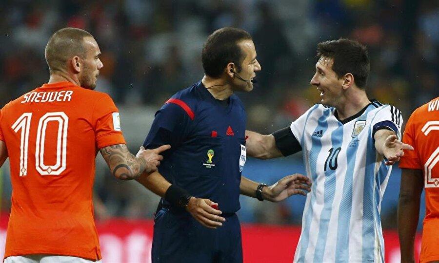 2014'te göğsümüzü kabarttı Birçok uluslararası maçta düdük çalan Çakır, Bahattin Duran ve Tarık Ongun ile Brezilya'da düzenlenen 2014 Dünya Kupası'nda maçlar yönetti. Çakır, Brezilya-Meksika, Cezayir-Rusya ve Hollanda-Arjantin maçlarında düdük çaldı.