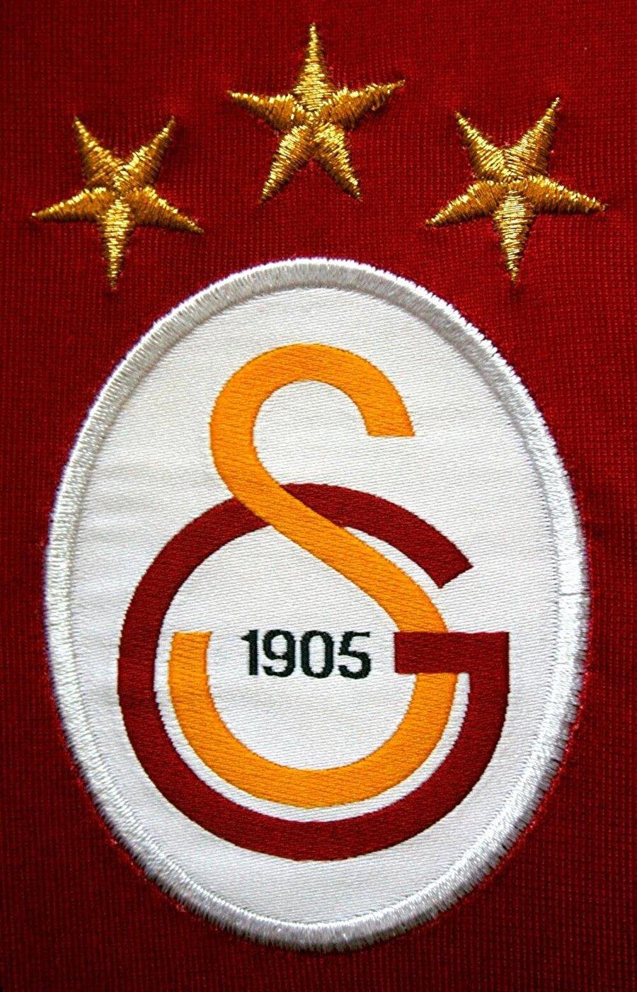 Galatasaray Sarı-kırmızılı kulübün ilk logosu Şevki Ege tarafından çizildi. 'Kartal' şeklindeki amblem Galatasaraylılar tarafından beğenilmedi. 1923'te ise Ahmet Ayetullah isimli genç bir öğrenci 'Gayın' ve 'Sin' harflerinden oluşan logoyu çizdi. 1928'de ise harf devrimi nedeniyle logodaki 'Gayın' ve 'Sin' harfleri 'G' ve 'S' harfleriyle yer değiştirdi.