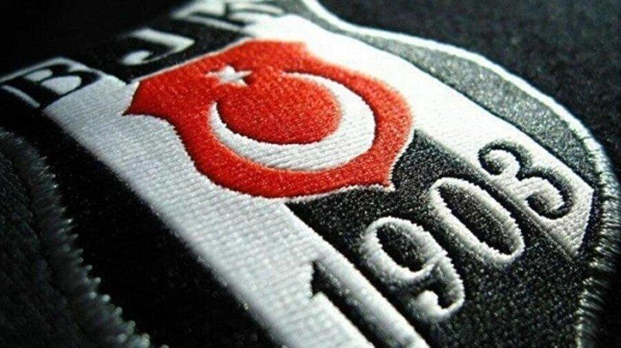 Beşiktaş 1903 yılında kurulan Beşiktaş'ın arması adeta bir şifreden oluşuyor. Kulübün kuruluş tarihini simgeleyen armada; ilk beyaz çubuk 1'i üç siyah 3'ü, ikinci beyaz çubuk da yine 1'i simgeler. Dokuz parçadan oluşan armada sırayla gelen bu dört rakam, 1319'u belirtir. Yani Beşiktaş'ın Hicri Takvime göre kuruluş yılını… Beşiktaş amblemindeki Türk Bayrağı ise Türkiye Futbol Federasyonu'nun hediyesidir. Beşiktaş, Yunanistan Milli Takımı'na karşı tam takım olarak mücadele etmiştir. Milli takım yerine sahaya çıkan siyah-beyazlılar, bu onuru taşıyor.