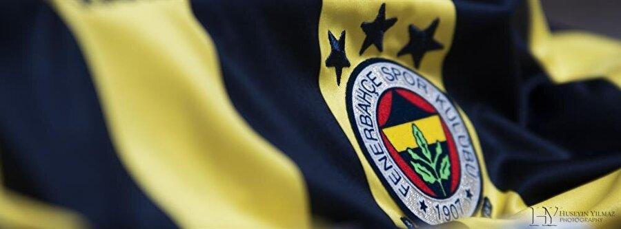 Fenerbahçe Fenerbahçe amblemi 1910 yılında kulübün 33. numaralı azası ve futbol takımının penaltı kralı olarak bilinen sol açık Topuz Hikmet tarafından çizildi. Logoda 1907 tarihini çerçeveleyen beyaz alan temizlik ve açık yürekliliği, kırmızı sevgi ve bağlılığı ifade eder. Kalp şeklindeki alandaki sarı; Fenerbahçe'ye duyulan gıpta ve kıskançlığı, lacivert ise soyluluğu belirtir. Palamut dalı ise Fenerbahçeliliğin kudret ve kuvvetinin sembolüdür. Palamut dalındaki yeşil ise yükselen bu kudret için başarının mukadder oluşunu sembolize eder.