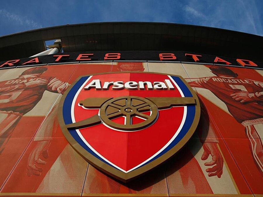 Arsenal İngilizlerin köklü kulübü Arsenal defalarca amblem değiştirdi. İlk logosu 1888'de oluşturulan Arsenal, kuzeye dönük üç top bulunan logoyu 1913 yılında Highbury'e taşınmasıyla kullanmaktan vazgeçti. Topun ters tarafa döndüğü ve namlusunun aşağıya doğru inceldiği farklı bir logo ise 1925'e kadar kullanıldı. 1949 yılında yenilenen logoda topun yanı sıra kulübün ismi de yer alıyordu. 1949-2002 yılları arasında kullanılan logo, bir türlü tescillenemedi. 2002'de yapılan logoda topun yüzü doğuya çevrildi, eski logoda bulunan yeşil rengin yerine de koyu mavi kullanıldı. Sürekli olarak logo değiştirmekle taraftarlarınca eleştirilen Arsenal, kulübün 125. yaşı yani 2011'de bir kez daha sahaya farklı bir logoyla çıktı. 2011-2012 sezonunda logo solda 15 meşe yaprağıyla, sağda 15 defne yaprağıyla çevrelendi.