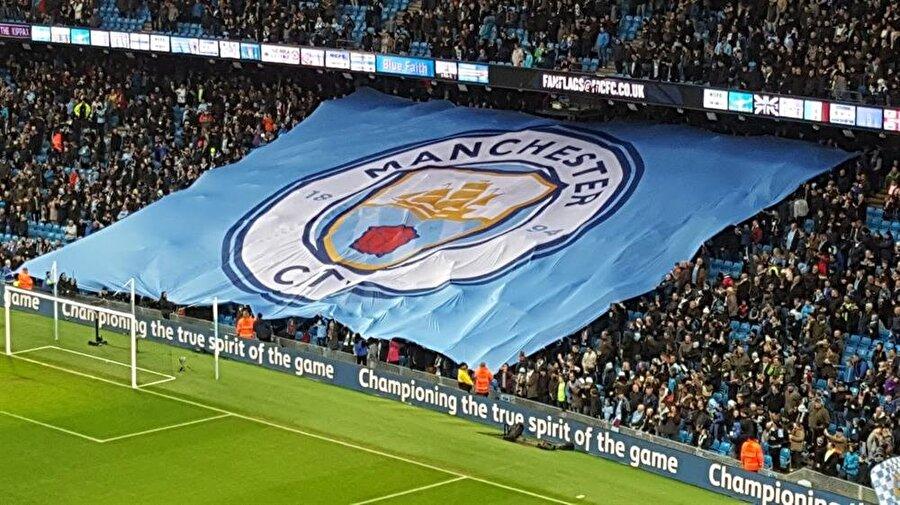 Manchester City 1880 yılında kurulan Manchester City'nin logosu 1997 yılına kadar birkaç kez değiştirildi. Şu anda kullanılan arma son halini 1997'de aldı. Armanın üzerinde gemi motifinin yanı sıra Lancashire bölgesinin simgesi olan kırmızı gül motifi bulunuyor.