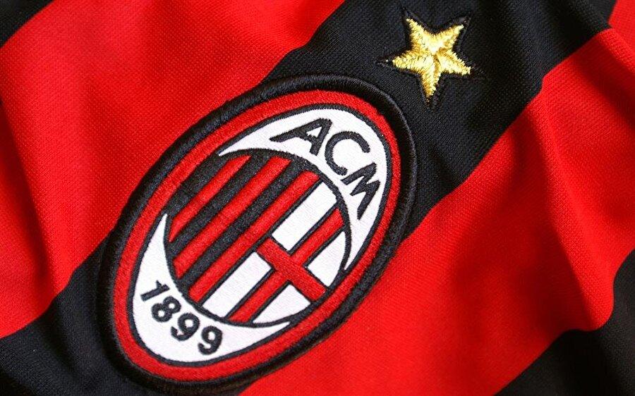 Milan 1899 yılında kurulan Milan, her dönem sade amblemler kullandı. Kırmızı ve siyah renk kulüp tarihi boyunca hiç değiştirilmedi. Kırmızı oyuncuların ateşli hırsını, siyah ise rakiplerin korkusunu sembolize ediyor. Milan'ın ambleminde Milano bayrağı, kulübün renkleri ve kuruluş tarihi yer alıyor.