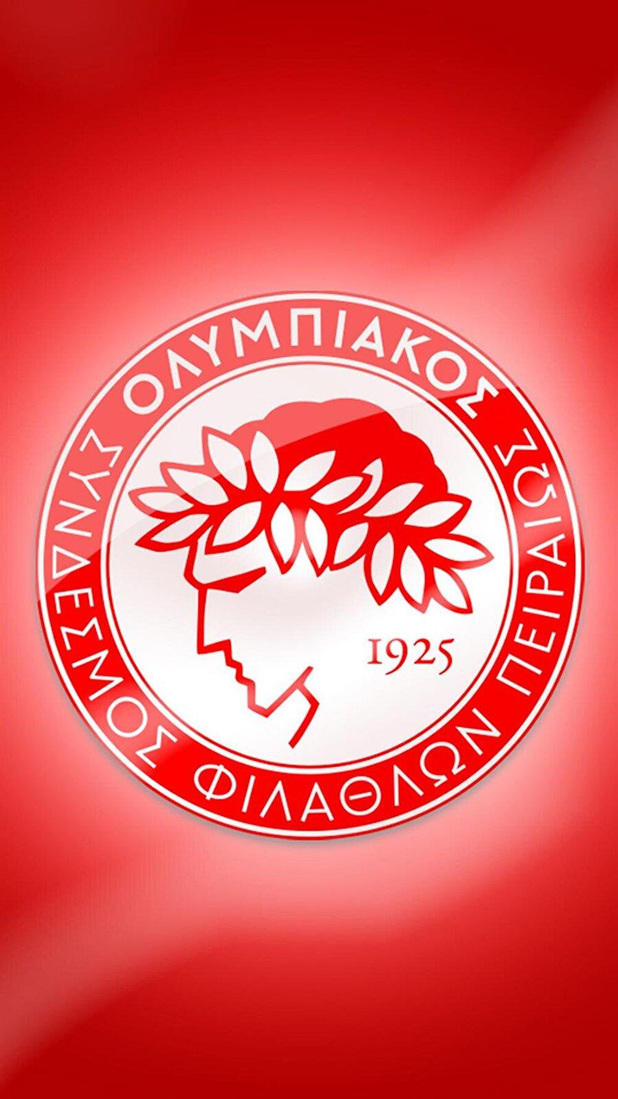 Olympiakos 'Piraeus Football Club' ve 'Piraeus Fan Club' takımlarının birleşmesiyle 1925 yılında Olympiakos Kulübü kuruldu. Olimpiyat ruhundan esinlenilerek Olympiakos adını alan kulübün logosunda da olimpiyat simgeleri yer alıyor. Amblemde, olimpiyat ruhunu yansıtan bir olimpiyat sporcusunun figürü yer alıyor. Sporcunun başındaki taç ise Yunan mitolojisinde seçkinlik, yücelik anlamlarını ifade ediyor.