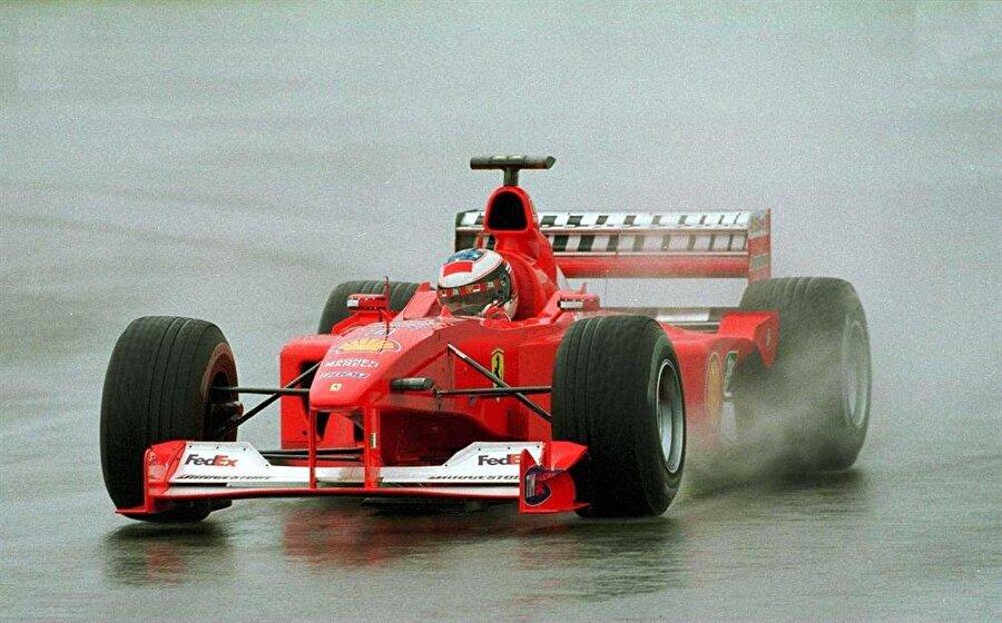 F2000 satışa çıkarıldı                                      Sponsorların da desteklerini çekmeye başlamasının ardından Schumi'nin dünya şampiyonu olduğu Ferrari F2000 aracını da satışa çıkardığı açıklandı.