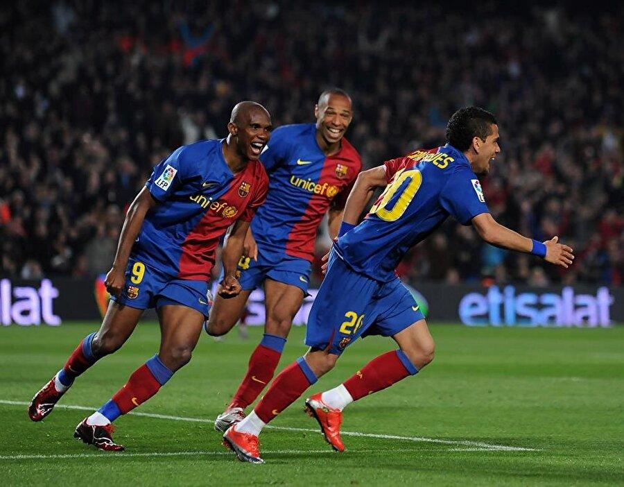 Kırmızı kart görmedi 2004-2009 yılları arasında Barcelona'da forma giyen yıldız futbolcu toplam 198 maça çıktı. Barcelona tarihinin en iyi kadrolarından birinde yer alan Eto'o 129 gol atıp 36 asist yaptı. Yetenekli futbolcu Barcelona kariyerinde ise hiç kırmızı kart görmedi.
