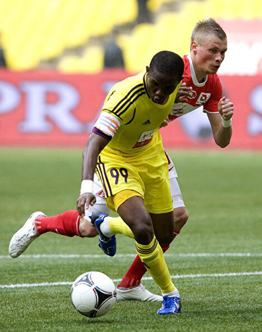 Anzhi'ye imza attı Yıldız futbolcu, 2011-2012 sezonunda o dönem transfere ciddi yatırım yapan Anzhi Mahaçkale kulübüne imza attı.