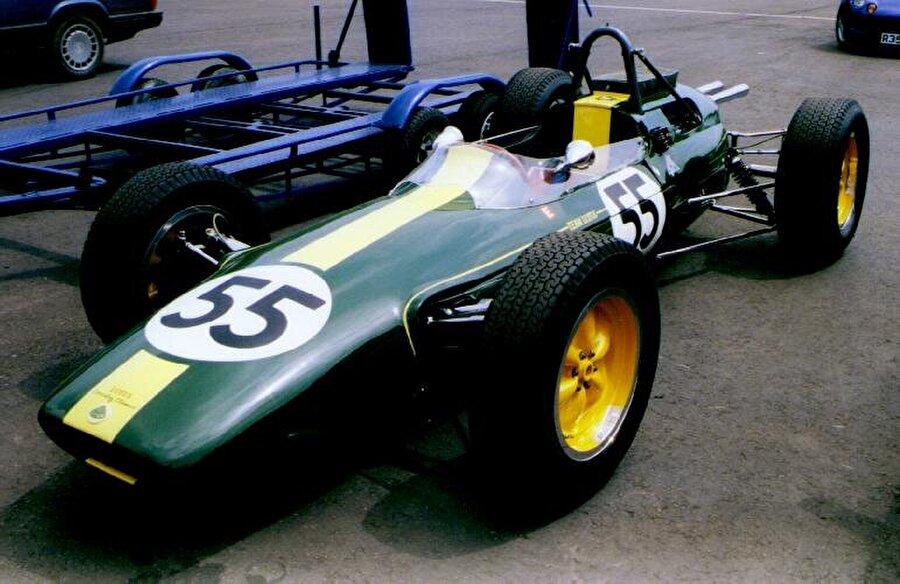 Lotus'tan büyük hamle 1962 Formula 1 sezonunda, Lotus geleneksel iskelet dizaynı değiştirdi. Lotus, alüminyum monocoque şasiyi kullanan bir arabayı yarışlara soktu. Bu gelişme döneminin en büyük teknolojik gelişmeli olarak kabul edilir.