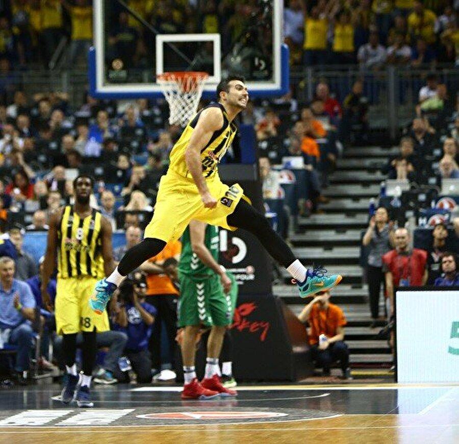Adını finale yazdırdı Bu sezon Avrupa Ligi'nde Fenerbahçe rüzgarı esti. Sarı-lacivertliler geçen sene olduğu gibi bu yıl da Final Four'a kaldı. Berlin'de oynanan Euroleague Final Four'da Fenerbahçe, ilk maçında İspanyol ekibi Laboral Kutxa'yı 88-77 mağlup etti ve adını finale yazdırdı.