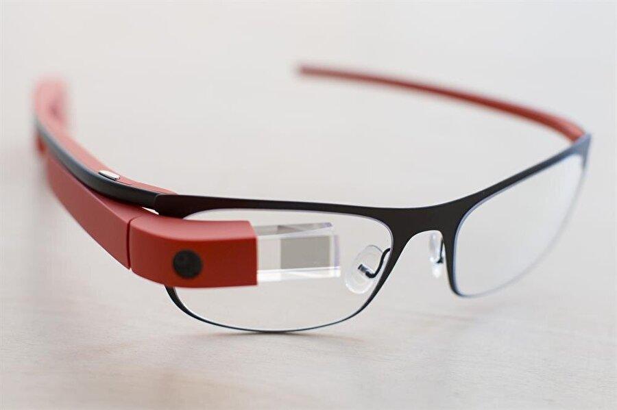 Giyilebilir teknoloji artık hayatın ta kendisi                                                                                                                                                                                          Fitness bantları ve Google Glass ile hayatımıza ilk adımlarını atmaya başlayan giyilebilir teknoloji kavramı, akıllı saatlerle de hayatımızdaki yerini çoktan aldı aslında. Yakın gelecekte ise her yanımızın giyilebilir teknolojik cihazlarla donatılmış olacağından şüphe yok.