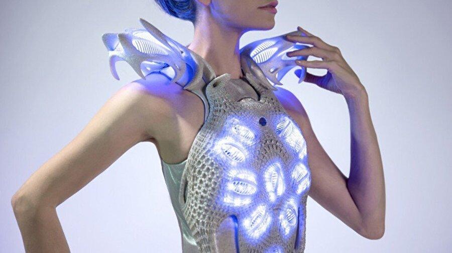 """Akıllı kıyafetlere alışacaksınız.                                                                                                                                                                                                                               Şimdilik hem pahalı hem ulaşılması biraz daha zor olan giyilebilir teknoloji ürünlerine gelecekte herkesin alışacağını düşünüyorlar. Ezra Çetin gelecekte giyilebilir teknolojinin geleceği nokta konusunda şunları söylüyor: """"Uzay Yolu dizisini çocukken izlediğimizde kollarındaki saatler ile konuşurlar, ışınlanırlardı ve bu durum bize çok uzak, etkileyici gelirdi. Kısa zamanda ise teknoloji bir devrim yaparak ilerledi ve fiziksel olarak henüz ışınlanamasak da artık görüntümüzle dünyanın her yerinde olabilmemiz mümkün. Çocukluğumuzun dizisindeki aksesuarlar artık hayatımıza girdi. Önümüzdeki yıllarda ise vücut dilinden anlayan, duygulara, fiziksel hallere göre form, sıcaklık değiştiren, sağlığımızla ilgili bilgileri anında belli merkezlere iletebilen, hem akıllı hem sağlımıza değer veren materyaller ve aksesuarlar herkesin hayatında sıradanlaşacak."""""""