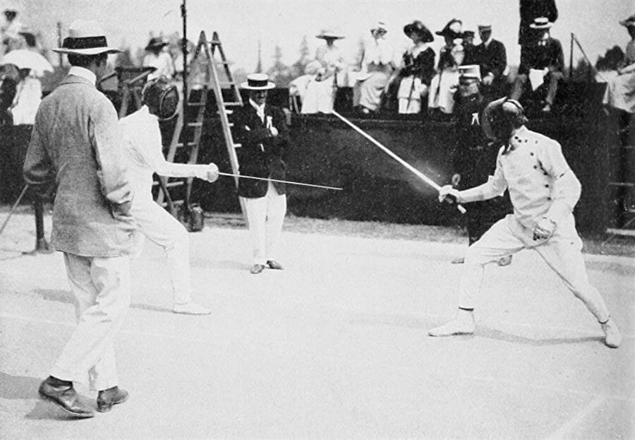 ABD rüzgarı devam ediyor                                                                                                                1912 Yaz Olimpiyatları, İsveç'in başkenti Stockholm'de düzenlendi. Atletizm, bisiklet, dalma, binicilik, eskrim, futbol, jimnastik, modern pentatlon, kürek, yelken, atıcılık, yüzme, tenis, halat çekme, sutopu ve güreş branşlarının yer aldığı oyunları ABD şampiyon olarak tamamladı. Ev sahibi İsveç ise 25 altın, 19 gümüş ve 19 bronz madalya ile ikinci oldu.