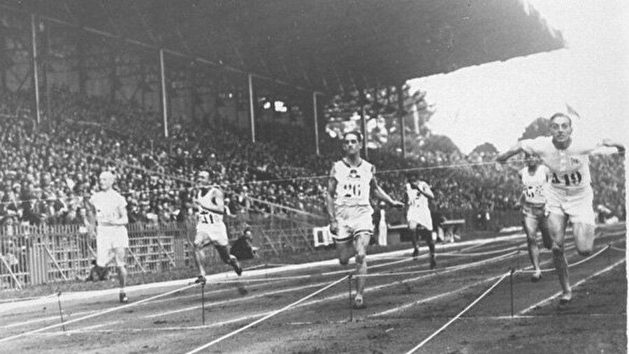 Türkiye davet edildi                                                                                                                1924 Yaz Olimpiyatları, Fransa'nın başkenti Paris'te gerçekleştirildi. Oyunlara; 136'sı kadın olmak üzere 44 ülkeden toplam 3092 sporcu katıldı. Bu olimpiyatlara ilk kez Almanya, Türkiye, Avusturya, Macaristan ve Bulgaristan davet edildi. Ayrıca Uluslararası Olimpiyat Komitesi, 4 yılda bir Yaz Oyunları'na paralel olarak Kış Oyunları düzenlenmesine karar verdi. Paris'te yapılan oyunları toplamda 99 madalya alan ABD şampiyon olarak tamamladı.