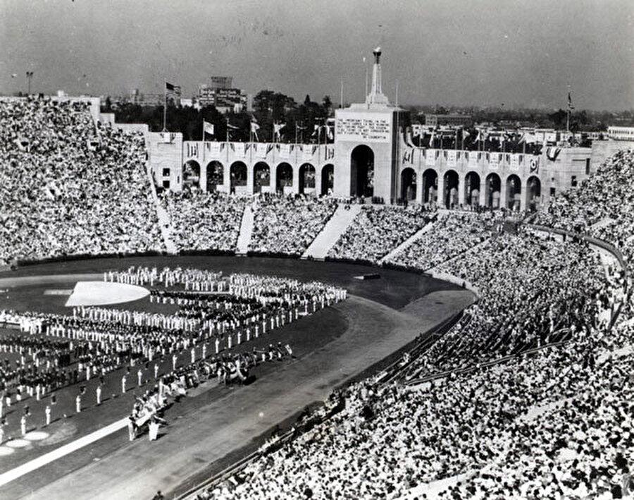 Başkan açılışa katılmadı                                                                                                                1932 yılındaki oyunlara ABD'nin Kaliforniya eyaleti ev sahipliği yaptı. Dünyadaki ekonomik buğran dönemine denk geldiğinden Olimpiyat Oyunları'nı düzenlemek için yalnızca ABD aday olmuştur. Yine ekonomik sorunlar nedeniyle birçok sporcu da organizasyona katılmamıştır. Amerikan Başkanı Herbert Hoover, oyunları açılışına katılmayarak bu alanda bir ilke imza atmıştır. Dönemin gazeteleri, ABD'nin oyunlar nedeniyle 1 milyon dolar gelir elde ettiğini ileri sürmüş.