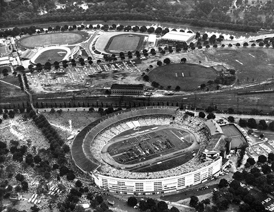 Şampiyon SSCB                                                                                                                Avusturalya'nın Melbourne kentinde düzenlenen 1956 Yaz Olimpiyatları'nda SSCB 98 madalya ile birinci oldu. ABD ikinci olurken, ev sahibi Avustralya 35 madalya ile 3. oldu.