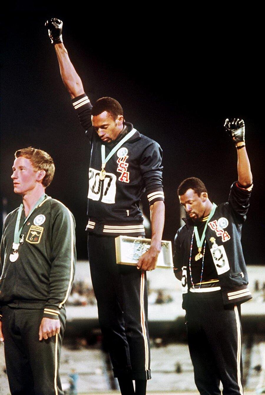 'Irkçılığa hayır'                                                                                                                 1968 Yaz Olimpiyatları Meksika'nın başkenti Mexico City'de düzenlendi. 107 madalya ile ABD'nin şampiyon olduğu oyunlar ise hafızalara ırkçılığa karşı yapılan tarihi protesto ile kazındı. 200 metre yarışını birinci olarak Tommie Smith kazanır. İkinciliği ise Peter Norman ve üçüncülüğü John Carlos elde eder. Sporcular kürsüye çıkar ve milli marşlar okunmaya başlar. İşte o anda Smith ve Carlos ellerine siyah eldivenler geçirir ve havaya kaldırır. Peter Norman ise göğsündeki ırkçılık karşıtı rozetle protestoya destek olur. Siyahi sporcular taktıkları eldivenlerin siyahi gururu, ayaklarındaki siyah çorapların ise ırkçı Amerika'daki fakirliği gösterdiğini açıklarlar. Bu olayın ardından üç sporcu da hayatlarını çeşitli zorluklarla geçirir.