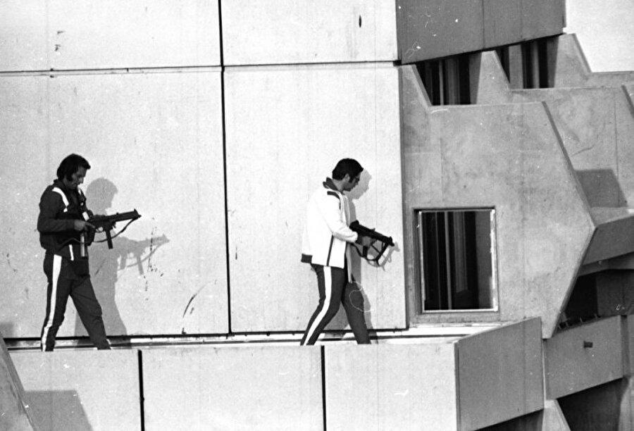 Münih katliamı                                                                                                                Batı Almanya'nın Münih şehrinde yapılan 1972 Olimpiyat Oyunları, her daim acıyla hatırlanır. Kara Örgüt isimli oluşum, İsrailli 11 sporcuyu rehin alır ardından da katleder. Münih Katliamı olarak bilinen olay nedeniyle 1972 Olimpiyat Oyunları gölgede kalmıştır.