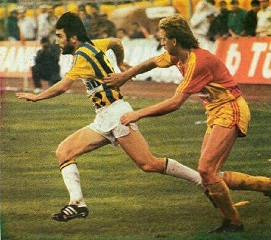 Omzu kırıldı                                      1991 senesinde ise Galatasaray derbisinde omzu kırıldı. Yine doktorların sözünü dinlemeyen futbolcu, A Milli Takım'ın İzlanda ile oynadığı maçta forma giydi. Aynı maçın 90. dakikasında Dilmen'in omzu aynı yerden sakatlandı.