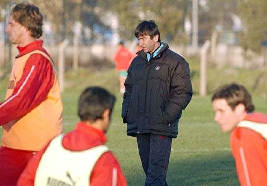 Bu kez Adanaspor                                      2001-02 sezonunda ise Dilmen'in yolu Adanaspor ile kesişti.