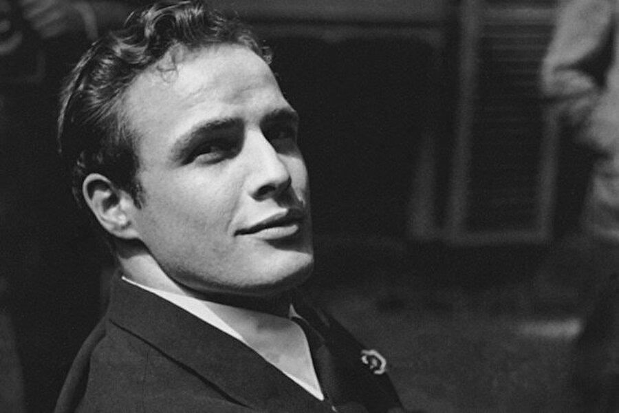 Aile 1937 yılında tekrar bir araya geldi. Marlon Brando, o yaşlarda bile herkesi etkileyebilecek karizmatik yapıya sahipti. Küçük yaşlarda başladığı taklitlerde kullandığı mimikler onun gelecekte başarılı biri olacağının tüyoları gibiydi.