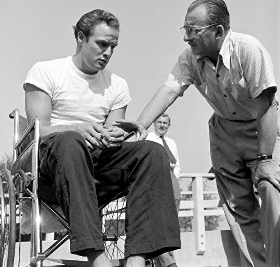 """Babasının bulduğu bir işte çalışmaya başlayan Brando'nun hayalleri farklıydı. Bunun üzerine New York'taki kız kardeşinin yanına gitmeye karar verdi. Amerikan Profesyonel Tiyatro okulunda Stella Adler'den oyunculuk dersleri almaya başladı. Bu sayede çeşitli oyunlarda da kendine yer bulmayı başardı. Stella'nın Brando ile ilgili anlattığı bir anısında; """" """"Bir gün bütün sınıfa tavuk olmalarını söyledim. Bende nükleer bomba oldum ve üzerlerine doğru koşmaya başladım. Bütün sınıf gıdaklayarak koşuşturmaya başladı fakat bir tek Brando sakince sanki yumurtasının üstünde oturuyomuş gibi olduğu yerden kımıldamadı. Bunu neden yaptığını sorduğumda ise bana """"Ben tavuğum. Nükleer bombaları bilmem ki."""""""" Yanıtını verdi."""
