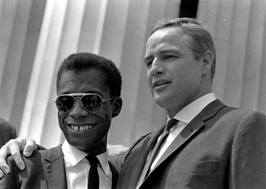 Marlon Brando Amerika'da Afrikalı ve Kızılderililere uygulanan yanlış politikaları sert bir şekilde eleştiriyordu. Bu yüzden çok düşman kazandı ama bu onun umurunda olmadı.