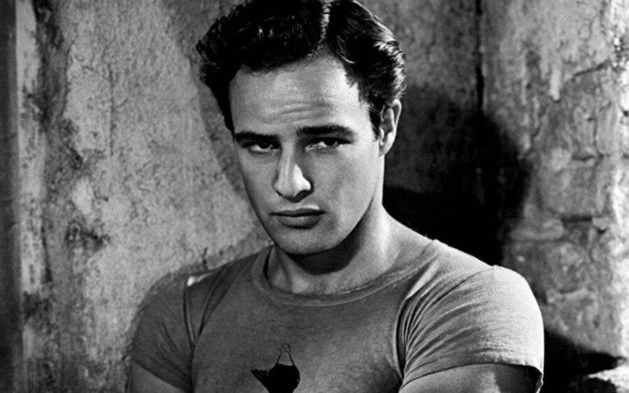 Brando'nun Jocelyn isimli kız kardeşi de taklit konusunda oldukça başarılıydı. Bunun farkına varan Jocelyn  New Yorkta'ki drama okuluna gitti. Jocelyn kısa süre sonra Brodway'deki oyunlarda görünmeyi başardı. Marlon Brando'nun hayatı ise karışık bir şekilde devam ediyordu.16 yaşına geldiğinde Brando, Minesota'daki Shattuk Askeri Akademisine gitti.
