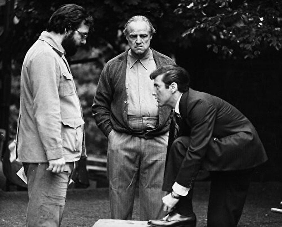 """Mesleği hakkında hiç de olumlu konuşmayan ama birçok seyirci ve eleştirmen tarafından yüzyılın oyuncusu olarak kabul edilen; """"metod oyunculuk"""" tarzını doruğa ulaştıran bir aktör. Robert De Niro, Al Pacino gibi ustaları derinden etkileyen bir simge olmuştur."""