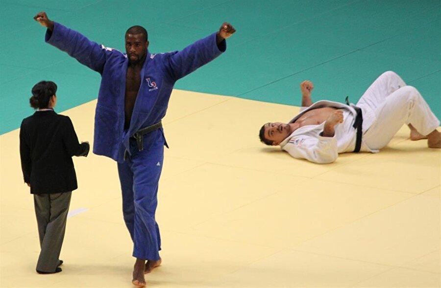 Bir buçuk yaşında sporla tanıştı 1,5 yaşında ailesinin yönlendirmesiyle spora başlayan Riner, küçük yaşlarda judo yapmayı tercih etti.