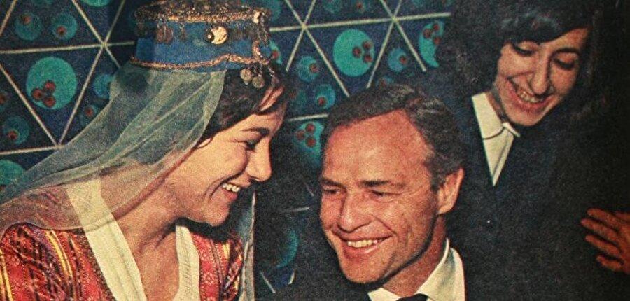 1957 yılında çekilen Sayonara adlı filmde bir kez daha Oscar'a aday gösterilen Brando başarılı yapımlara devam ediyordu. Bu filmlerin yanında stüdyoların teklif ettiği yüksek bedelli kontratlara da imza atmaktan geri kalmıyordu.1961 yılında ise ilk ve son kez yönetmenlik denemesi olan One-Eyed Jack filmini çekti. Film her ne kadar başarılı bulunsa da Brando bir daha yönetmenlik koltuğuna geçmedi. Yıllar 1967'yi gösterdiğinde Kahire'den bir uçak İstanbul'a geldi. İçinden sarışın biri ve bir bayan indi. Bu Marlon Brando'ydu. İki gün İstanbul'da kalan Marlon İstanbul'u sevse de gazetecilerin peşini bırakmamasından dolayı şehirden ayrıldı. Uçağa binerken İstanbul'a bir daha gelmek istediğini belirtse de bir daha gelemedi.