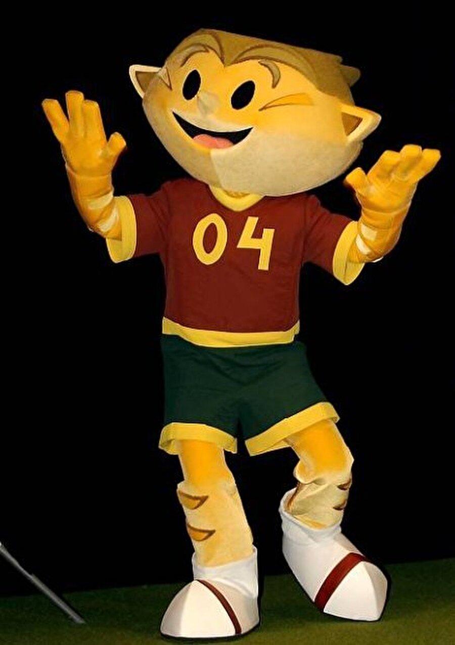 Kinas Yunanistan'ın tarihinde ilk kez Avrupa Şampiyonluğu yaşadığı turnuva Portekiz'de yapıldı. 12 Haziran-4 Temmuz 2004'teki organizasyonda 'Kinas' isimli maskot taraflı tarafsız herkesin beğenisini kazandı.
