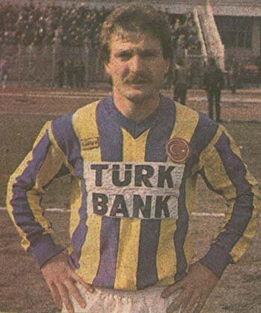 Hüseyin Çakıroğlu                                          Hem Fenerbahçelilerin hem de futbolseverlerin yıllardır unutamadığı bir isim Hüseyin Çakıroğlu… 19 Eylül 1957'de dünyaya gelen Çakıroğlu, futbola 1972'de Davutpaşa'da başladı. 1976-1979 yıllarında Karabükspor'da oynayan Çakıroğlu, Gaziantepspor'a transfer oldu. 1984'te Fenerbahçe'ye imza atan Çakıroğlu, yaşama 26 Ekim 1986'da sarı-lacivertli formayı giydiği dönemde veda etti. Sağ bacağında çocukluğundan beri olan ancak büyümeye başlayan beni ameliyatla aldıran Çakıroğlu, antrenmanlarda çabuk yorulmaya başladı. 6 Nisan 1986'da Zonguldakspor-Fenerbahçe maçı sırasında tansiyon sorunu yaşadı ve hastaneye kaldırıldı. Milli futbolcunun vücudunda oluşan bezelerden örnekler alındı ve kanser teşhisi konuldu. Bir süre ABD'nin Houston kentinde tedavi gören Çakıroğlu, Türkiye'ye döndü. 17 Mayıs 1986'da İstanbul'a dönen Çakıroğlu için Prof. Dr. Kaya Çilingiroğlu'nun gözetiminde kemoterapiye geçildi. Fenerbahçe, Çakıroğlu'nun durumunun kötüye gittiğini bilmesine rağmen futbolcusunun sözleşmesini yeniledi. Hastalığı akciğer ve beynine yayılan Çakıroğlu için sarı-lacivertli kulüp 5 milyon TL sözleşme ücreti ödedi. Yapılan tüm tedavilere rağmen Çakıroğlu'nun durumu her geçen gün kötüye gitti ve yaşama gözlerini yumdu. Fenerbahçe taraftarının Hüseyin Çakıroğlu için yaptığı tezahürat ise hafızalara kazındı; Genç yaşta bu dünyadan göçüp gittin Hüseyin. Bizleri acılara atıp, gittin Hüseyin. Ne sen bizlere doydun, ne de doyduk biz sana. Fenerbahçe forması kefen mi oldu sana? Bu taraftar seni asla unutmayacak. Kalbimizdeki sevgin ebediyen kalacak.