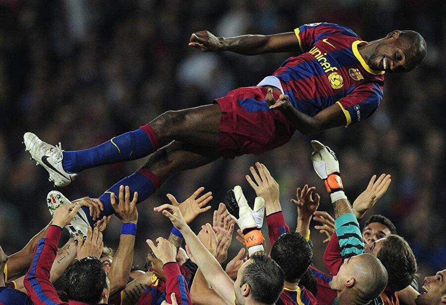 Eric Abidal Eric Abidal, kanseri yenen sporculardan biri... 2007'de Lyon'dan Barcelona'ya transfer olan defans oyuncusu kısa sürede adından söz ettirmeye başladı. Ancak 15 Mart 2011'de gelen haber Abidal ve sevenlerini derinden etkiledi. Barcelona, Abidal'in karaciğer kanserine yakalandığını duyurdu. Tedavi sürecinin ardından Abidal, 28 Mayıs 2011'de Barcelona ile Manchester United arasında oynanan Şampiyonlar Ligi finali ile sahalara döndü. 2013'te Katalan kulübünden Monaco'ya transfer olan Abidal, 2014'te ise Olympiacos'a imza attı. Fransız futbolcu kariyerine 10 Aralık 2014'te nokta koydu.