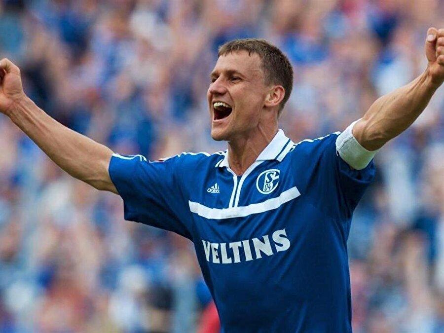Ebbe Sand                                      Danimarkalı eski futbolcu Ebbe Sand da kanseri yenenlerden. 1998'de Danimarka ekibi Brondby IF'de top koştururken, testis kanseri olduğunu öğrendi. Bir yıllık tedavinin ardından sağlığına kavuşan Sand, Alman ekibi Schalke 04'e imza attı. Sand, 2007'de Alman ekibinde futbol kariyerine nokta koydu.