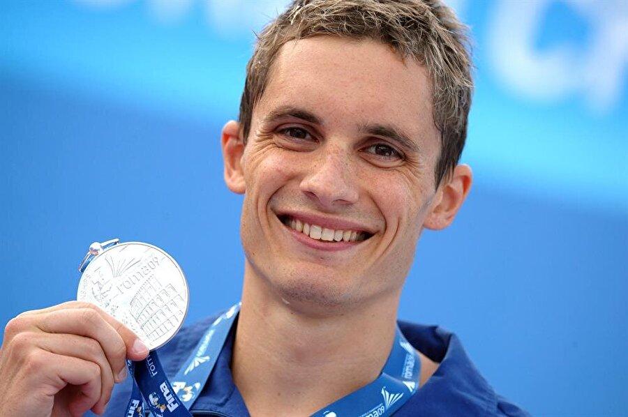 Eric Shanteau ABD'li yüzücü Eric Shanteau, 2008 Pekin Olimpiyat Oyunları'ndan bir ay önce testis kanseri olduğunu öğrendi. Hasta olarak olimpiyatlarda 100 ve 200 metrede mücadele eden Shanteau bir başarıya imza attı. Shanteau, hastalığına rağmen 200 metre kurbağalamada kendi kişisel derecesini geliştirdi. Olimpiyatın ardından ameliyat olan genç sporcu, bir yılda hastalığını yendi. Shanteau, 2012 Londra Olimpiyat Oyunları'nda 4x100'de altın madalya kazandı.