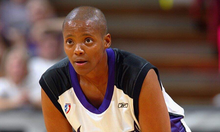 Edna Campbell                                      26 Kasım 1968 doğumlu Edna Campbell, ABD'li eski bir kadın basketbolcu. WNBA'deki ikinci sezonunda yani 2000 yılında rakibinden yediği dirseğin ardından hastanelik oldu. Yapılan tetkiklerde Campbell'in meme kanseri olduğu ortaya çıktı. 2002'ye kadar tedavi olan Campbell bu sürede basketbol oynamaktan vazgeçmedi. Kanserle ilgili bir kitap yazan ve neredeyse tüm sosyal sorumluluk projelerinde yer alan Campbell, 2006'da kariyerine son verdi.
