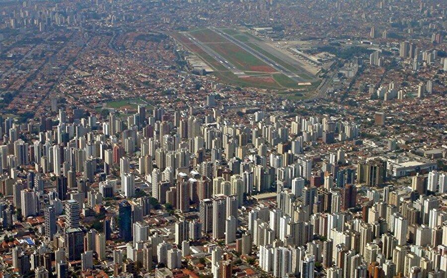 Congonhas Havaalanı – Brezilya  Brezilya'nın Sao Paulo kentinde bulunan bu ilginç havalimanı, ülkenin en yoğun ikinci havalimanı. 1936 yılında hizmete girdi.2007 yılında yenilendikten sonra 2008 yılında uluslararası havalimanı statüsüne geçti.    Burasını ilginç kılan ise şehrin tam olarak içinde olması. Ama gerçekten tam olarak içinde. Uçaklar gökdelenlerin arasında iniş yapmakta.