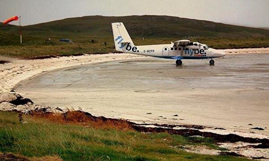 Barra Havaalanı – İskoçya İskoçya'nın Barra adasındaki bu havalimanı arazisi denizde olan tek havalimanıdır. Pist olarak plaj kullanılmaktadır. Günde bir defa yaşanan gelgit olayından dolayı komple pistler yıkanır. Uçuş saatleri buna göre değişme gösterir.