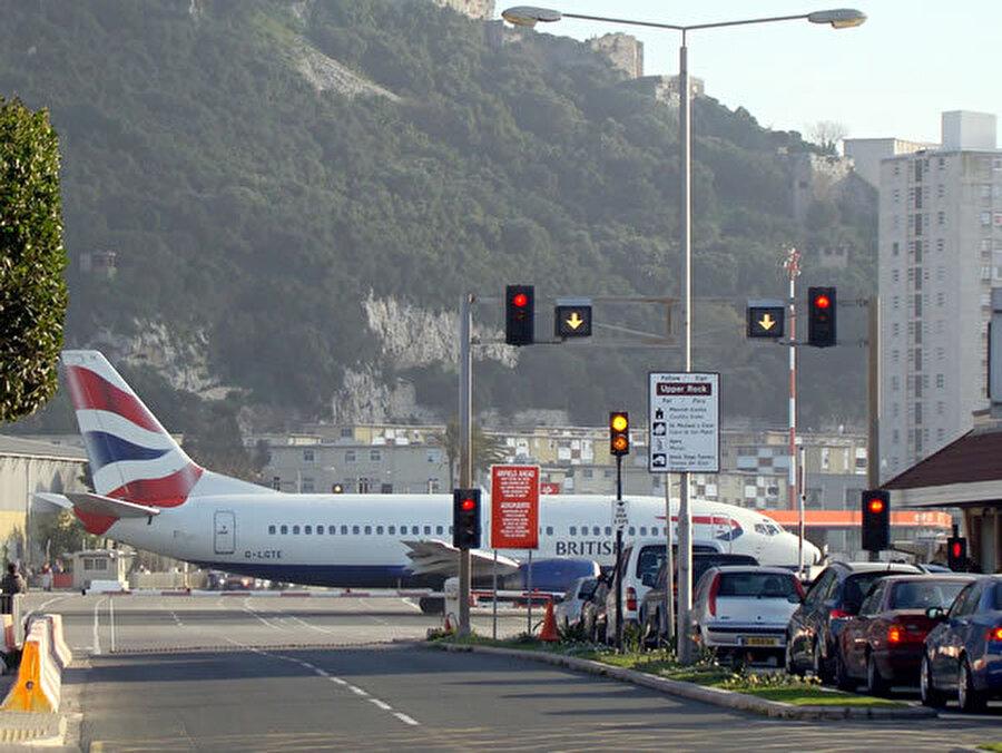 Gibraltar Havaalanı – Cebelitarık Birleşik Krallık'a bağlı Cebelitarık Boğazı'nda yer alan Cebelitarık şehrindedir.1939 yılında hizmete girmiştir. Şehrin tam olarak içinde bulunan bir diğer limandır. Hatta Cebelitarık'ı ortadan ikiye böler. Havalimanının pistinden ülkenin en önemli yolu Winston Churchill Bulvarı geçiyor. 500 metrelik Winston Churchill Bulvarı'nın 150 metrelik kısmı havalimanı pistinin üzerinde. Uçak iniş kalkış anında kırmızı ışık yanar ve yol 10 dakikalığına kapanır.