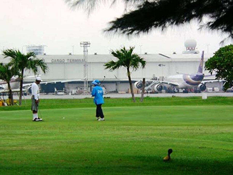 Don Muang Uluslararası Havaalanı – Tayland Tayland'ta bulunan bu havalimanı ilk uluslararası uçuş 1924 yılında gerçekleştirildi. 2012'de yenilendi. Bangkok'un 2 numaralı havalimanı. İki terminali vardır birisi iç hat uçuşları için kullanılır diğeri uluslararası uçuşlar için.    Ancak burasını ilginç kılan asıl özellik pistlerinin arasında 18 delikli bir golf sahasının bulunması.