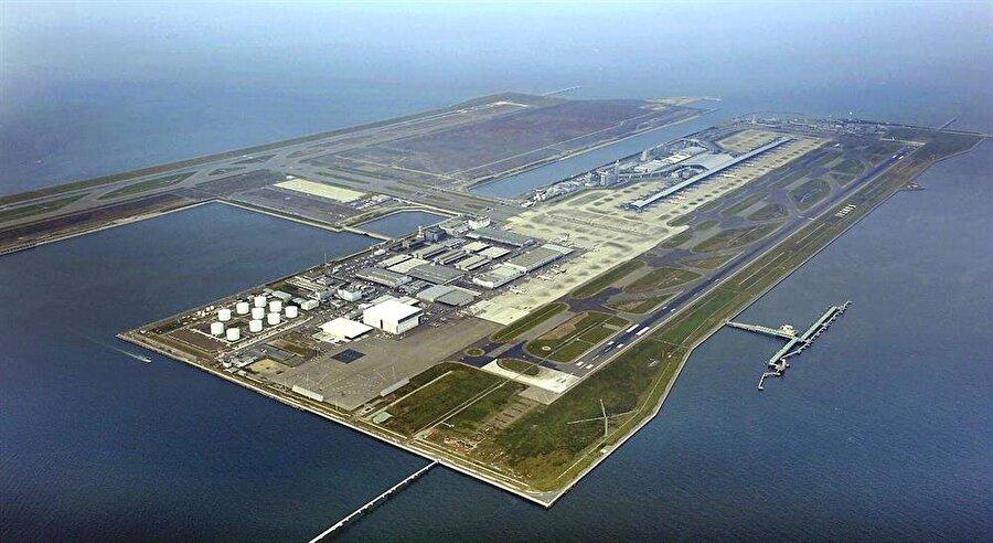 Kansai Uluslararası Havaalanı – Japonya Japonya'da havalimanı yapacak bir alan olmamasından dolayı Osaka'ya yakın olması sebebiyle inşa edilmiştir. 1989 yılında yapımı biten ve üç ayrı tepeden 21 milyon metre küp toprak ile doldurulmuş, 10,000 işçi ve 80 gemi kullanılarak 3 yılda bitirilmiştir. 1990 yılında ise 3 kilometrelik bir köprü ile anakarayla bağlantı sağlanmıştır.   İnsanoğlunun yaptığı bir harika olmasına rağmen yavaş yavaş batmaktadır.