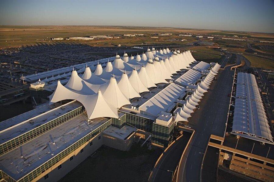 Denver Uluslararası Havaalanı – Amerika Denver Havalimanı, ABD'nin en büyük havalimanıdır. Havalimanından daha çok bir sanat galerisini andırmaktadır.   Havalimanına adım atar atmaz, daha terminale girmeden kocaman kırmızı gözlü bir at heykeli insanların ürkmesine neden olmaktadır.    İçeri girdiğinizde ise modern bir havaalanı mı 300 yıllık bir tarihi müze mi anlamakta sorun çekiyorsunuz. Hatta duvardaki çoğu resim ürkütücü denecek şekilde, bir korku tünelindeymiş gibi koridorlarda geziyorsunuz.    Havaalanının mimarisinden içindeki eserlere, havadan çekilen resminden, Denver'da bu kadar büyük bir hava limanının neden olduğuna, birçok konuda hakkında komple teorileri ve gizli örgütlerle bağlantılı olduğu söylentisi vardır.