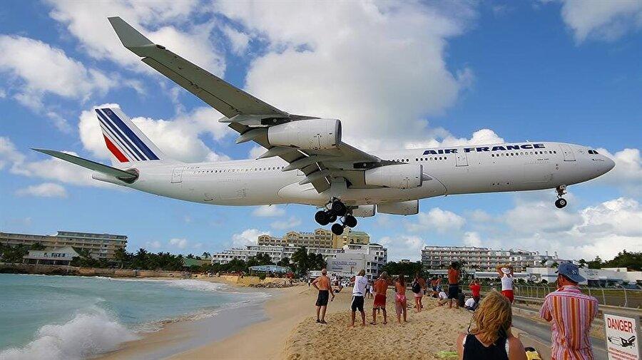 Princess Juliana Havaalanı – Karayipler Deniziyle ünlü Karayipler'deki bu liman 1942 yılında bir askeri uçak pisti olarak başladı. 1943 yılında sivil havaalanına çevrildi. Pistinin kumlasın hemen bittiği noktada başlamasıyla ünlüdür.    Yani denize girerken bir anda üzerinizden uçak geçebilir. Üzerinizden derken elinizi uzatsanız dokunabileceğiniz mesafeden bahşediyoruz.    Pilotların buraya inebilmesi için özel bir sertifika alması gerekmekte.