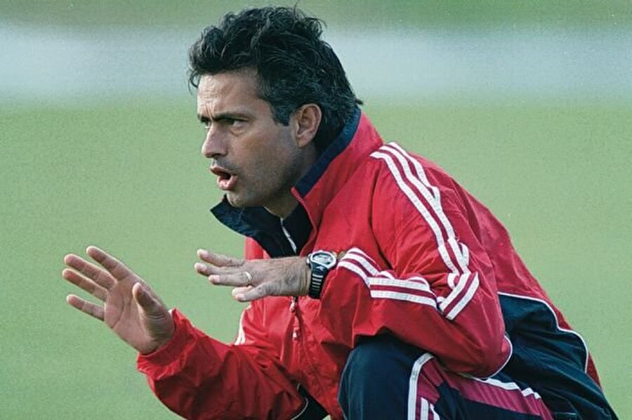 Bir hafta içinde ayrıldı 2000 yılının eylül ayında Benfica'da Jupp Henyckess'in yardımcılığına getirilen Mourinho, baş asistan koç olamayınca bir hafta içinde kulüpten ayrıldı.