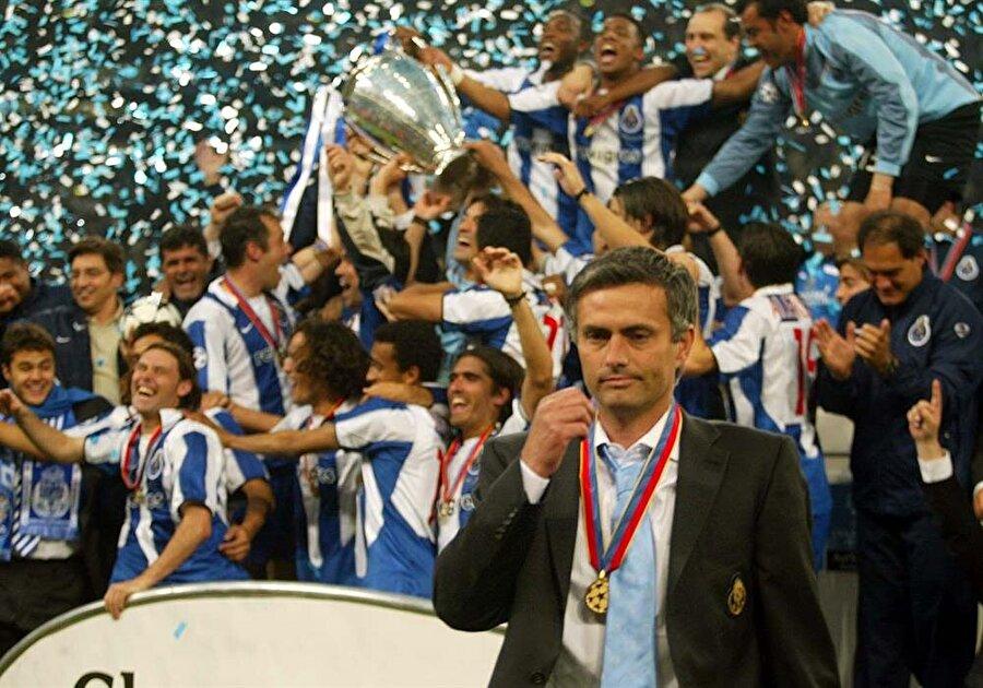 UEFA Avrupa Ligi'ni kazandı 2002-2003 sezonunun başında Mourinho, kadroda ciddi bir revizyona gitti. Yıldız oyunculardan ziyade takım oyunu oynayan isimleri Porto çatısı altında buluşturdu. O sezon Portekiz ekibi 86 puanla ligi şampiyon tamamladı. Bu başarının yanı sıra Porto, UEFA Avrupa Ligi ve Portekiz Kupası'nı da müzesine götürdü.